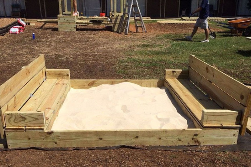 Sandbox with lid