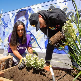 Stephen Curry and Lysa Ratliff plant in the garden